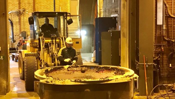 Det svalnar, stelnar och bryts till bitar som sedan kan återföras till stålverkets produktion